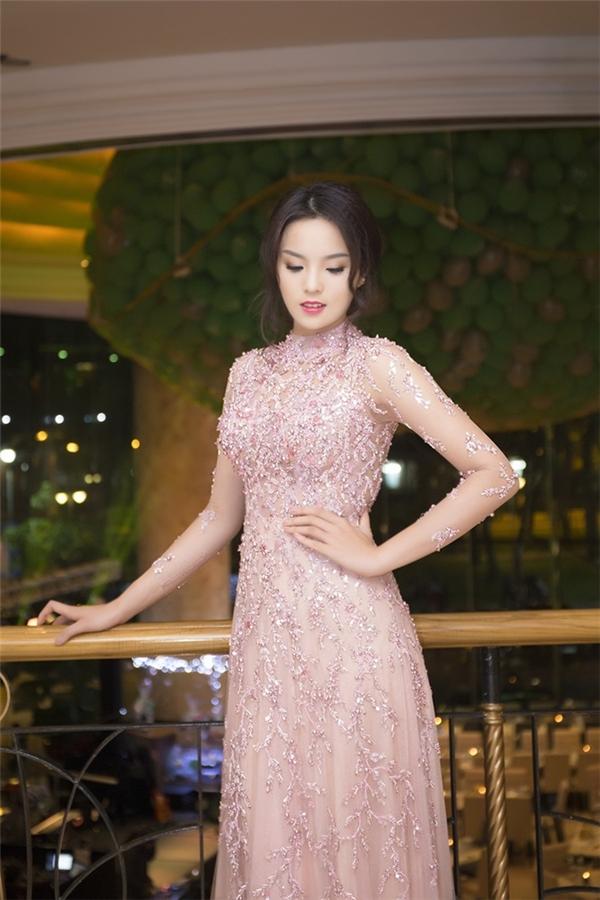 Hoa hậu Việt Nam 2014 Nguyễn Cao Kỳ Duyên cũng từng diện một thiết kế xuyên thấu mỏng tang lấy sắc hồng làm chủ đạo kết hợp những họa tiết đính kết.