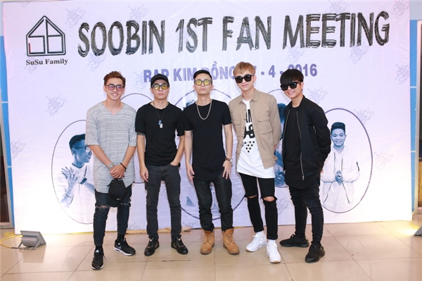 Bên cạnh đó, các thành viên của team 4 cùng ca sĩ nhí Quang Anh đã có mặt đông đủ để ủng hộ người bạn, người anh của mình. - Tin sao Viet - Tin tuc sao Viet - Scandal sao Viet - Tin tuc cua Sao - Tin cua Sao