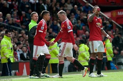 Rooneybị thay ra trong bực bội.