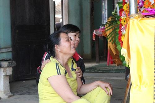 Bà Ngô Thị Hai, mẹ em Nguyễn Minh Hoàng đau đớn tột cùng khi mất con.Ảnh: Tấn Việt.