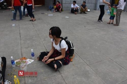 Bạn trẻ này thì không hề hay biết việc tới nơi công cộng là không được vứt rác bừa bãi