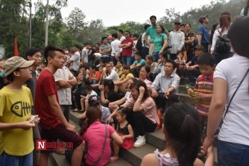 Nhóm du khách này đến từ huyện Thạch Thất (Hà Nội) vô tư ngồi nghỉ trong lúc mọi người đang đi về nơi đền Thượng. Khi được hỏi, một người đàn ông trong số họ nói: Mệt thì chúng tôi nghỉ, tôi thấy những người bên cạnh ngồi tôi cũng ngồi, nếu bảo được họ đứng dậy tôi sẽ đứng