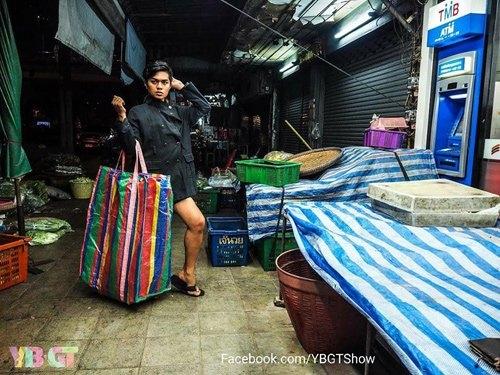 Dân Thái tung những bức ảnh hài hước để so với chiếc túi của Balenciaga.