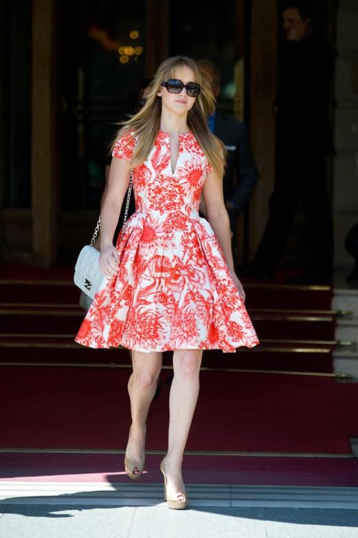 Jennifer Lawrence nữ tính và sang chảnh trong chiếc váy hoa phong cách Parisian Chic