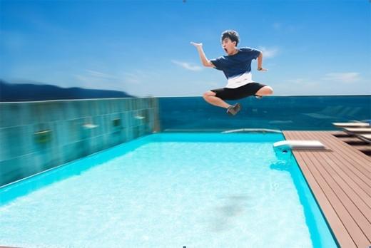 """Phở Đặc Biệt tuyên bố sẽ """"quẩy"""" hết mình tại bể lặn ở Clear City Diving. (Ảnh: Internet)"""