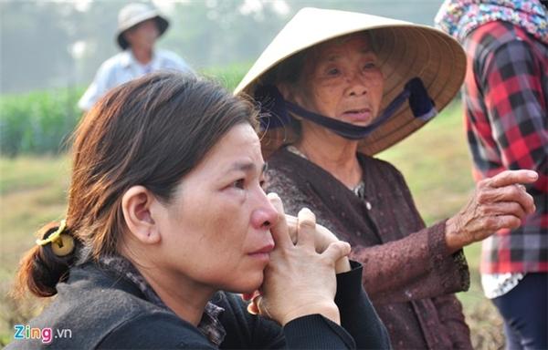 Đến đưa tang các nam sinh lớp 6, nhiều người dân xã Nghĩa Hà vẫn còn bàng hoàng vì trong vùng cùng lúc có đến 9 bé trai bị đuối nước.