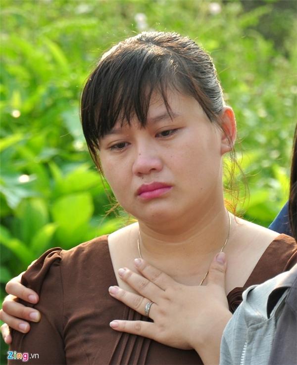 """Cô giáo chủ nhiệm lớp 6B, trường THCS Nghĩa Hà Trần Thị Thùy Ngân như người mất hồn khi đến đưa tiễn """"9 đứa con"""" cùng lớp về với đất."""