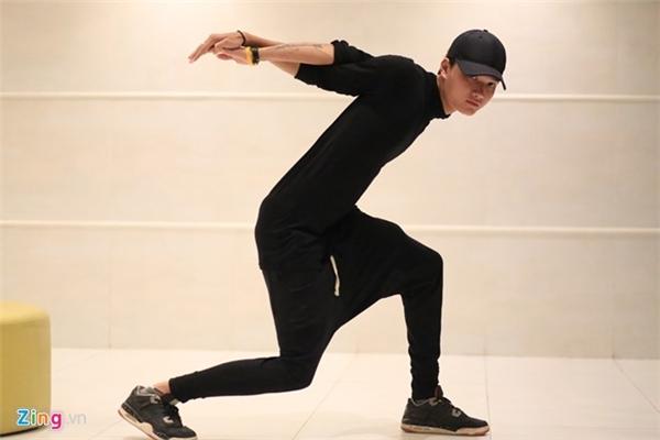 Chàng trai Hà Nội đang gấp rút luyện tập để tham dự chung kết Cuộc thi Tìm kiếm tài năng Việt Nam. Ảnh: Hàn Triệt.