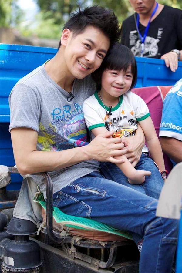 Lâm Chí Dĩnh và con trai Kimi trong Bố ơi, mình đi đâu thế mùa đầu tiên do đài Hồ Nam thực hiện. Ảnh: Sina.