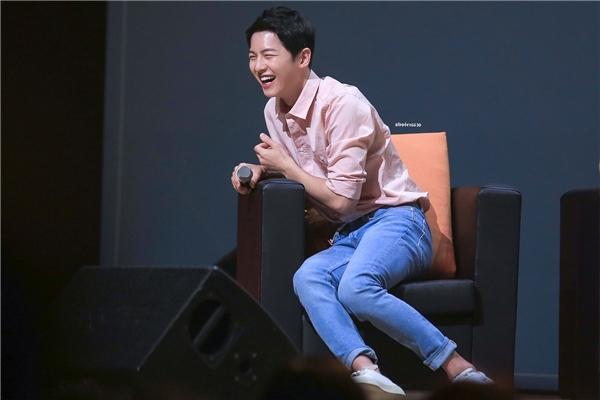 """Song Joong Ki trông như một đứa trẻ vừa nhận được quà với nụ cười tỏa nắng """"không thấy Tổ quốc"""" vô cùng tinh nghịch."""