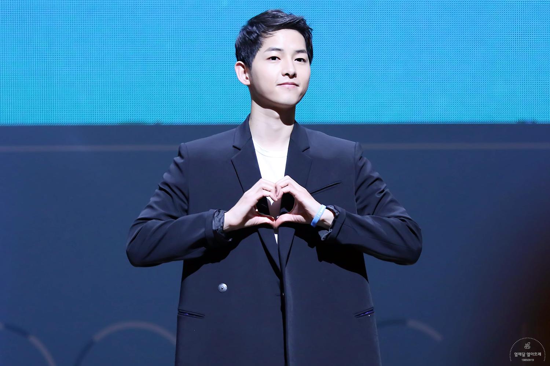 Bạn sẽ làm gì nếu như Song Joong Ki đứng trước mặt cùng những hành động trao gửi yêu thương thế này? Thề là không thể giữ được bình tĩnh mà sẽ lao đến và ôm anh ấy ngay lập tức.