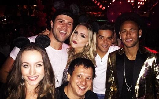 """Tiệc tùng với các """"người đẹp"""" là không thể thiếu đối với Neymar. (Ảnh: Internet)"""