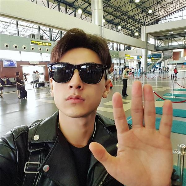 Isaac cực ngầu mà vẫn vô cùng dễ thương khi selfie chào fan hâm mộ tại sân bay. - Tin sao Viet - Tin tuc sao Viet - Scandal sao Viet - Tin tuc cua Sao - Tin cua Sao