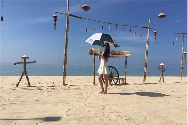 Siêu mẫu Vietnam's next top model Lê Thúy khoe chân dài miên man trên biển. Người đẹp khiến các fan hết sức ghen tị khi liên tục được đặt chân lên những vùng biển thiên đường của Việt Nam như Lý Sơn, Mũi Né,… - Tin sao Viet - Tin tuc sao Viet - Scandal sao Viet - Tin tuc cua Sao - Tin cua Sao