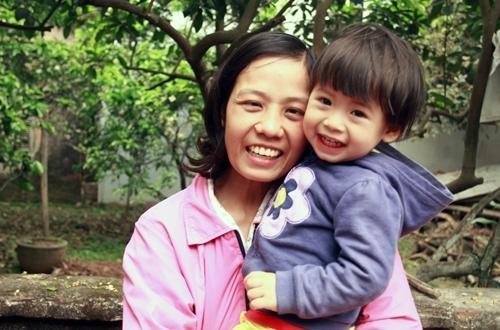 Chị Nguyễn Thị Yên đã từ bỏ điều trị ung thư để sinh con và trở thành tấm gương về tình mẫu tử bao la. Ảnh: Phan Dương.