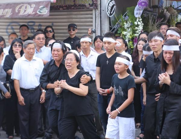 Người nhà của ông không cầm được nước mắt trước nỗi mất mát và đau thương.(Ảnh: ngoisao.net) - Tin sao Viet - Tin tuc sao Viet - Scandal sao Viet - Tin tuc cua Sao - Tin cua Sao