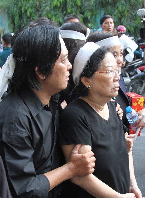 Vợ nhạc sĩ Nguyễn Ánh 9 được con trai dìu đi, bà không thể đứng vững vì quá đau thương. - Tin sao Viet - Tin tuc sao Viet - Scandal sao Viet - Tin tuc cua Sao - Tin cua Sao