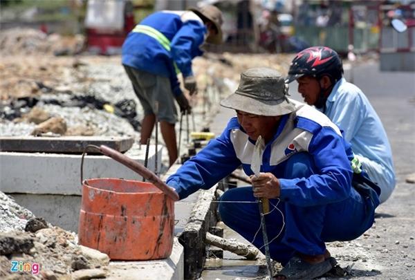 11h30 ngày 17/4, dù ngày nghỉ lễ, các công nhân vẫn miệt mài làm việc dưới nắng rát trên công trường mở rộng Xa lộ Hà Nội (quận 9).
