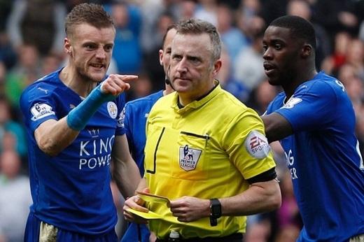 Vardy giận dữ chỉ trích trọng tài Jon Moss.