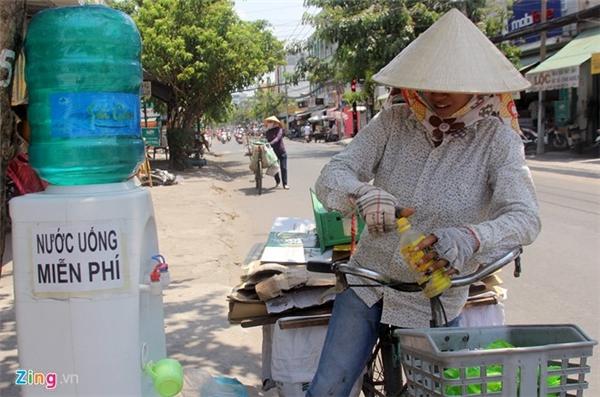 Làm việc cật lực giữa nắng gắt nhưng thu nhập ít ỏi. Những bình nước miễn phí trên nhiều tuyến đường ở Sài Gòn giúp giải nhiệt, giảm chi phí hàng ngày của những lao động nghèo.