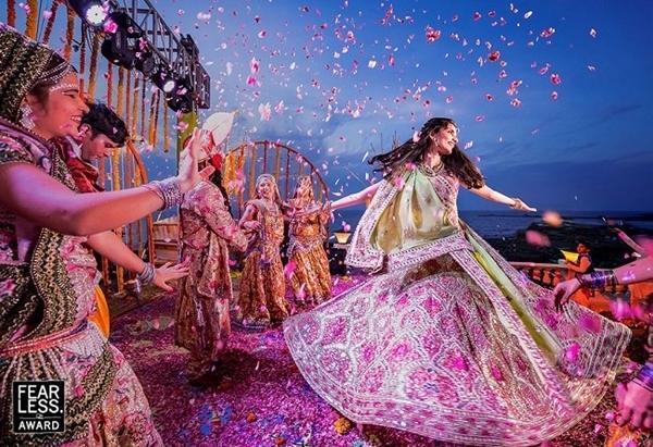Cứ 3 tháng, trang web Fearless Photographers của Mỹ lại công bố một bộ sưu tập những bức ảnh cưới đẹp nhất.