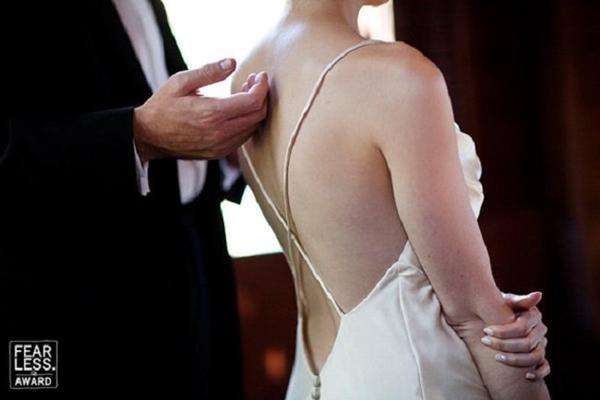 Khoảnh khắc gần gũi trong ngày cưới của cô dâu chú rể. Chỉ là cái chạm nhẹ nhưng vẫn khiến người nhìn phải xao xuyến.
