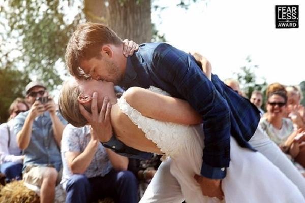 Nụ hôn ngọt ngào của cô dâu và chú rể luôn là khoảnh khắc được chờ đợi nhất trong lễ cưới.