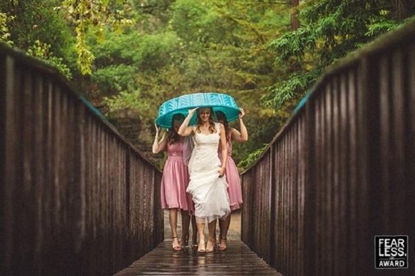 Mưa gió không thể ngăn được niềm xúc động và niềm vui của cô dâu và chú rể trong ngày trọng đại của đời mình.