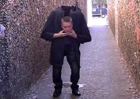 """Terry Bo đặt ra giả thuyết rằng """"người đi bộ không đầu' cũng có nguyên lý tương tự như màn ảo thuật rơi đầu trước đây."""