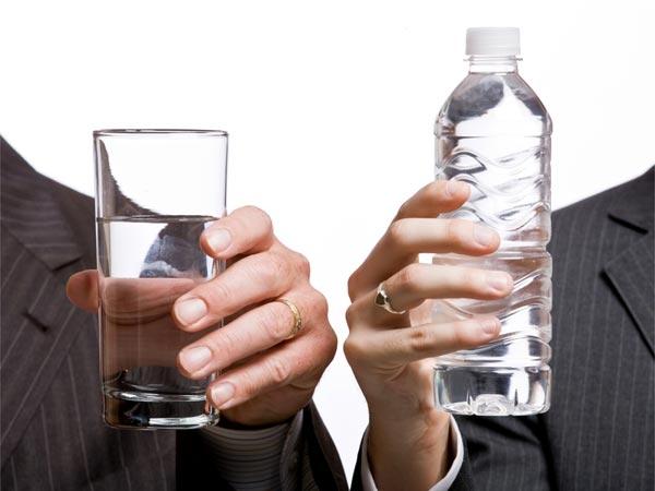 Uống nước lạnh trong bữa ăn sẽ khiến chất béo bị đông lại gây khó tiêu. (Ảnh: Boldsky)