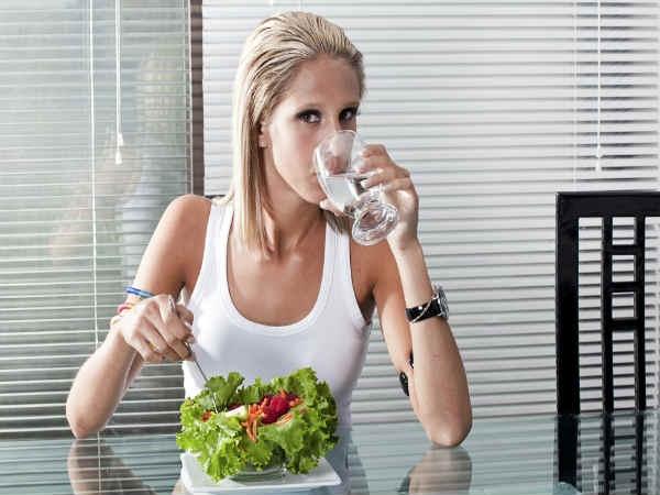 Hãy hạn chế nước lạnh mà nên ưu tiên nước ấm và nước đun sôi để nguội nhé. (Ảnh: Boldsky)
