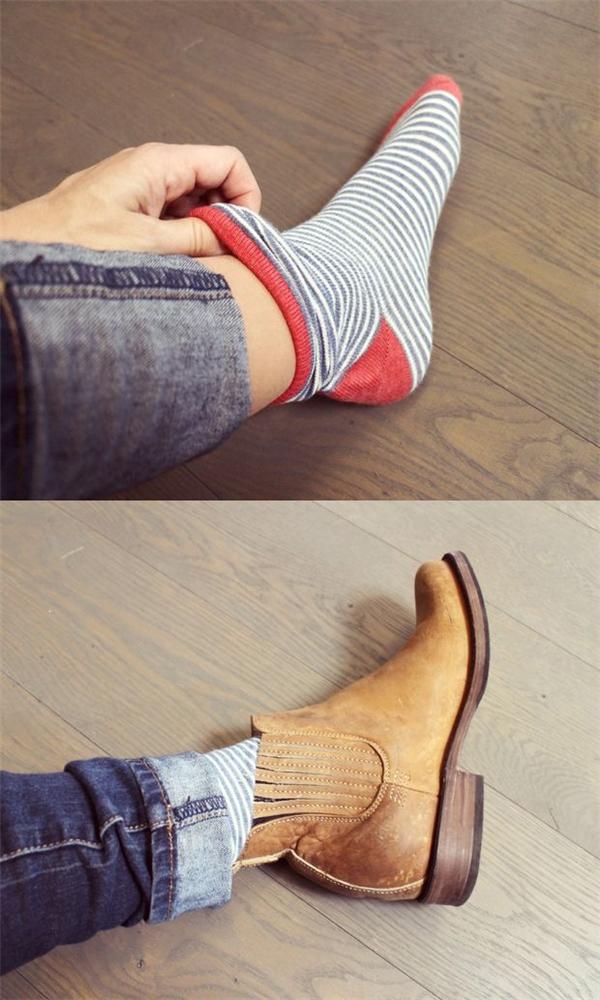 Cuối cùng, mang tất bình thường vào. Khi mang giày, chú ý tháo dây rồi mới xỏ chân vào chứ không nên buộc dây trước rồi cố nhét chân vào giày vì nó sẽ làm chân dễ bị phồng hơn đấy. (Ảnh: instructables)