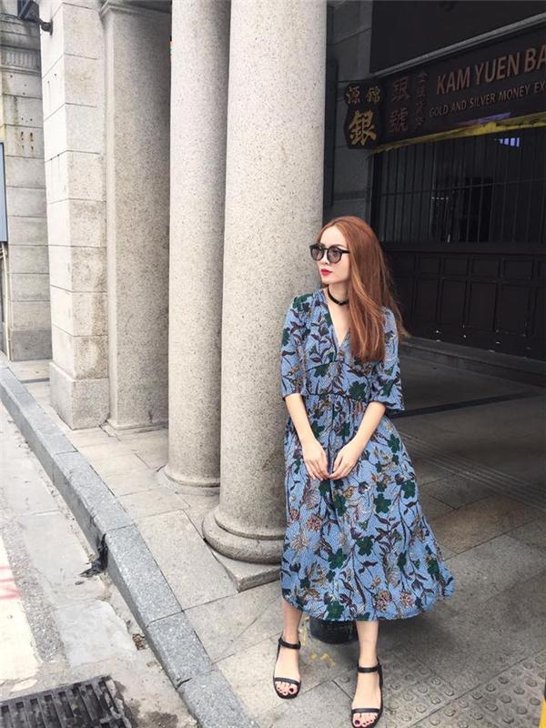 Trong khi đó, cô chị Yến Trang lại điệu đà, thanh lịch với váy hoa dáng xòe cổ điển. Tông xanh dịu mát kết hợp họa tiết hoa lá có tông màu trầm như xua tan cái nóng oi bức của những ngày đầu hè.