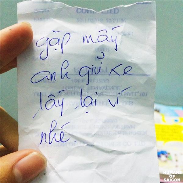 """""""Mình bị rớt ví lúc gửi xe khi đi dự triển lãm tại 1 trường đại học, lúc đó mình không hay biết gì luôn, đến khi xuống lấy xe đi về thì thấy xe mình bị đẩy ra một góc khác biệt với các xe còn lại, còn trên xe thì đính kèm tờ giấy này đây"""". (Ảnh: Humans of Saigon)"""