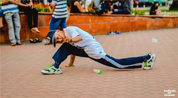 """Cụ ông Sài Gòn """"xì tin"""" lắm đấy nhé!(Ảnh: Humans of Saigon)"""