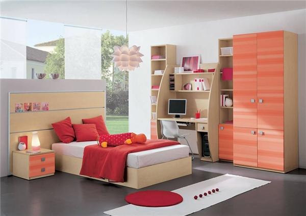 Căn phòng đầy đủ tiện nghi với tông màu chủ đạo là đỏ và cam được tôn lên bởicác món đồ khác có màu gỗ nhạt và màu xám. (Ảnh: Internet)
