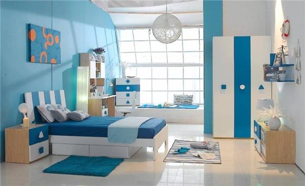 Những tông màu xanh dương kết hợp với nhau tạo nên nét hiện đại cho căn phòng, đồng thời khiến ta liên tưởng đến bầu trời xanh cùng mặt biển thăm thẳm. (Ảnh: Internet)