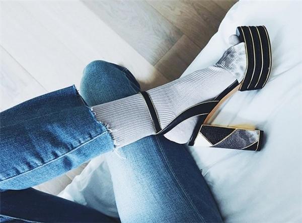 Những đôi sandal đế thô bắt đầu xuất hiện từ những ngày cuối năm 2015. Ngay thời điểm đó, chúng đã được dự đoán sẽ trở thành item hot cho mùa Xuân - Hè 2016.
