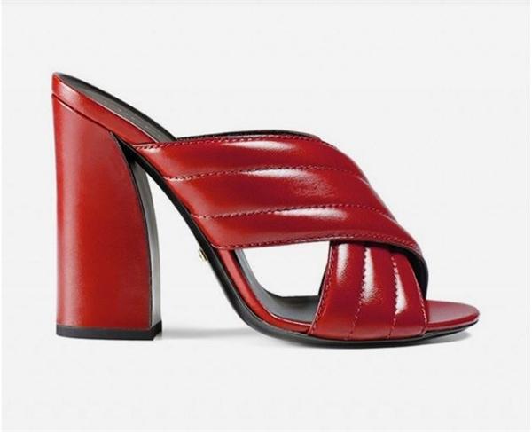 """Phần đế to, trụ vững giúp các cô gái di chuyển dễ dàng. Nhiều người còn gọi chúng là """"sandal bà ngoại"""" khi trông khá giống những đôi giày của thập niên 90."""