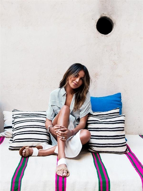 Ngoài ra, những kiểu sandal cổ điển với quần phai to bản cũng được ưa chuộng khi kết hợp cùng những trang phục thoải mái như quần short, quần jeans kết hợp áo phông, sơ mi.