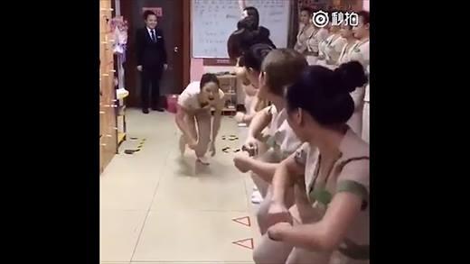 Hết hồn với màn cổ vũ nhân viên mát-xa còn hơn trong quân trại