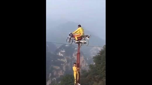 Đổ mồ hôi với màn đi xe máy trên dây qua vách núi