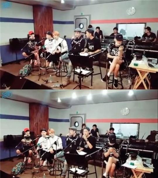 Trong khi các thành viên khác tập trung hát hò thì Hyunseung lại chơi điện thoại một mình.