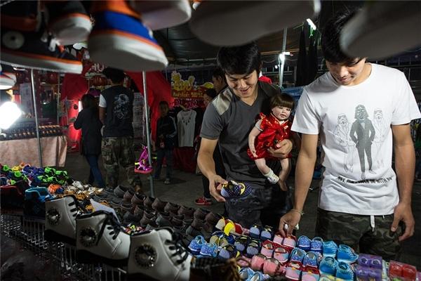 Cặp đôi đồng tính chọn giày cho Luk Thep.