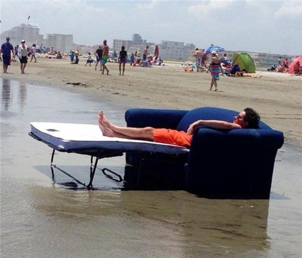 Có những người lười đến nỗi bị sóng vào tận nhà cuốn ra bãi biển cũng không thèm nhấc mông khỏi ghế sofa. (Ảnh: Internet)