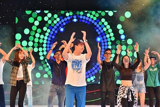 """Các bạn được dancer Ngọc Tiên (top 20 Thử thách cùng bước nhảy mùa 2) hướng dẫn từng bước điệu nhảy flashmob """"Khát khao tỏa sáng cùng 100 Plus"""" sôi động trên nền nhạc bài Niềm tin chiến thắng remix cực độc."""