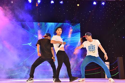 Anh cũng bắt Ngọc Trai phải nhảy chung với mình. Kết quả là cả ba cùng quẩy tưng bừng trên sân khấu với màn nhảybụng khiến khán giả cười lăn lộn.