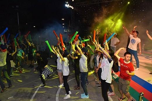 Ca sĩ lẫn khán giả như hòa lại làm một khi các bạn trên sân khấu cũng tràn xuống khán đài và phiêu cùng nhau trong nền nhạc sôi động của DJ Bnuts và chàng rapper Boogie.