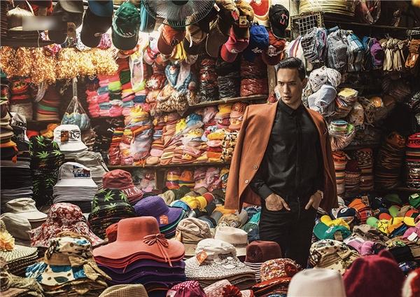 Ngoài ra, anh còn phối hợp cùng các trang phục hiện đại, trẻ trung như sơ mi và vest mang gam màu trầm. - Tin sao Viet - Tin tuc sao Viet - Scandal sao Viet - Tin tuc cua Sao - Tin cua Sao