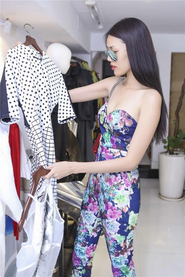 """Những trang phục dành cho Lan Khuê đều được Quang Nhật""""đo ni đóng giày"""" kĩ lưỡng để thực sự phù hợp với sắc vóc và cá tính của cô."""